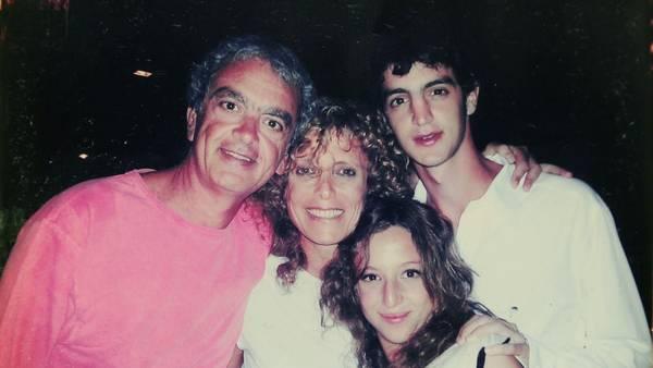 Fin de año. Eva, Carlos -su esposo-, Martín y Malena despedían el 2004 con un abrazo.