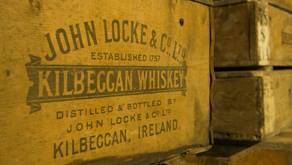 Original whiskey crates at the Kilbeggan Distllery, County Westmeath ofrecido por Kilbeggan Whiskey